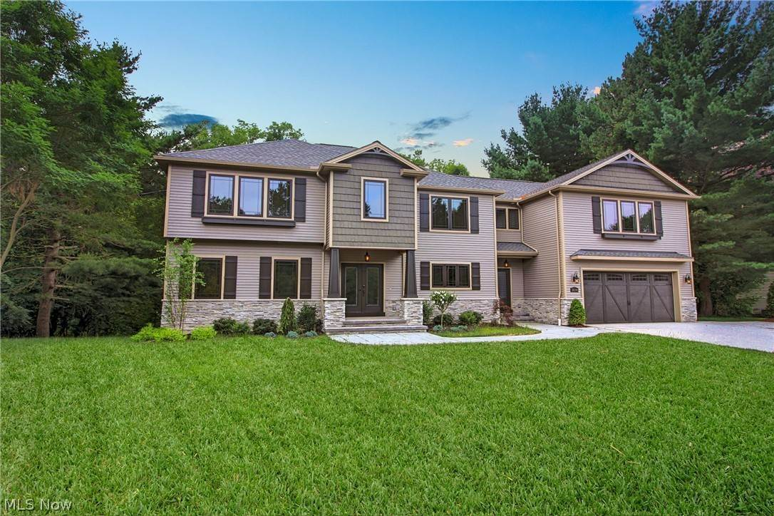 Single Family Homes 为 销售 在 36100 Maplegrove Road Willoughby Hills, 俄亥俄州 44094 美国