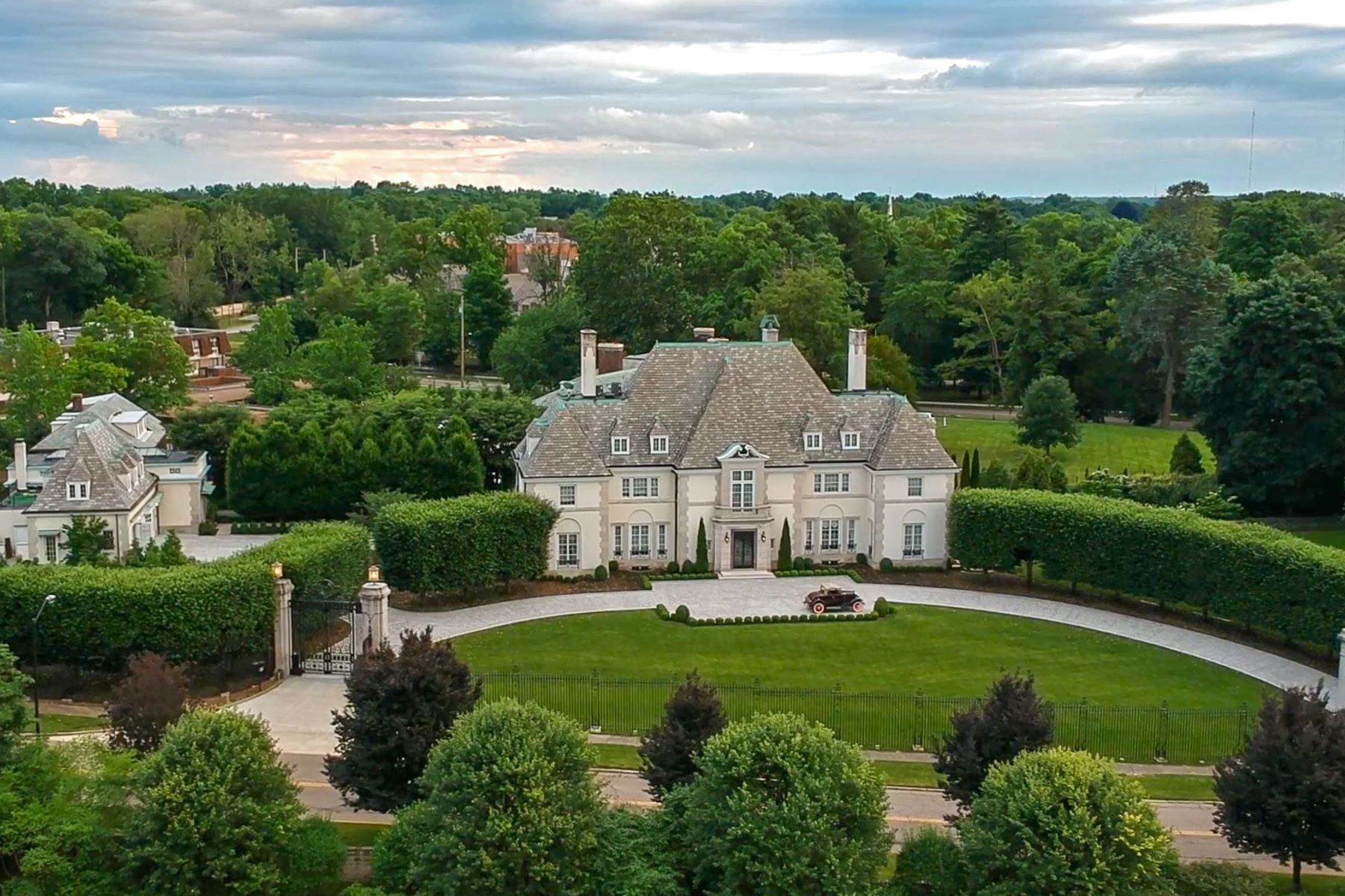 Single Family Homes 为 销售 在 Former Estate of Harvey S. Firestone, Jr. 50 Twin Oaks Akron, 俄亥俄州 44313 美国